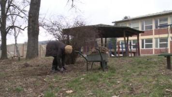 Велики Извор: Акција чишћења школског дворишта