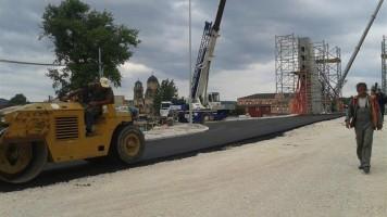 Асфалтиране приступне саобраћајнице котлујевачког моста